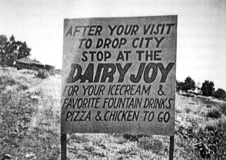 Anúncio da lanchonete Dairy Joy próximo de Drop City.