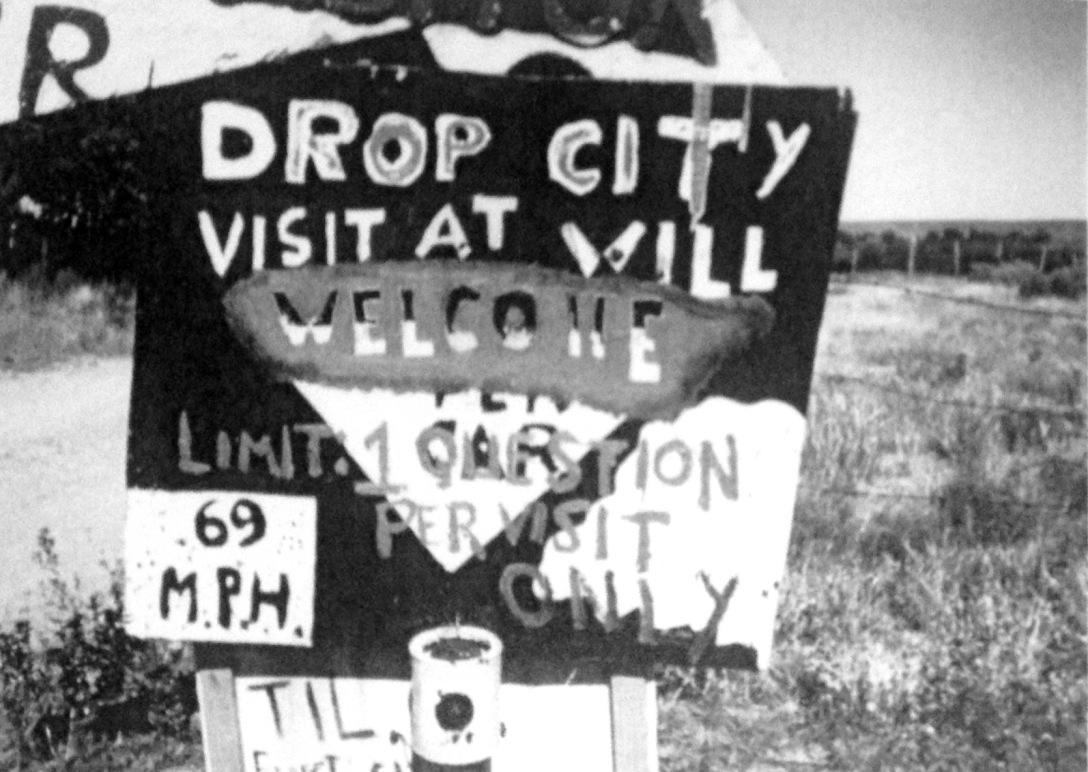 Letreiro na entrada de Drop City. Fonte: Matthews, 2010.